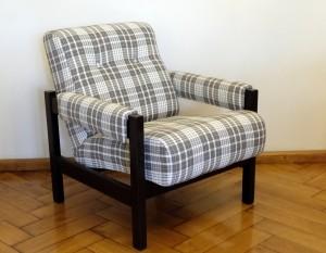 nowoczesny fotel w kratkę