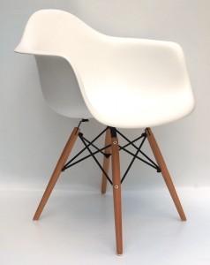 krzesło plastikowe białe z drewinanymi nogami